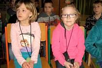 CHLAPCI a děvčata praskoleské základní školy si poslechli Policejní pohádky