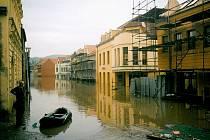 Povodeň před patnácti lety připravila tisíce lidí nejen o domov, ale i o práci. Podnikatelé i obchodníci museli nejprve několik týdnů své obchody i restaurace vyklízet, než je mohli znovu otevřít.