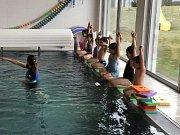 Mateřská škola Marina v králodvorském Levíně: plavkyně a plavci na startu.