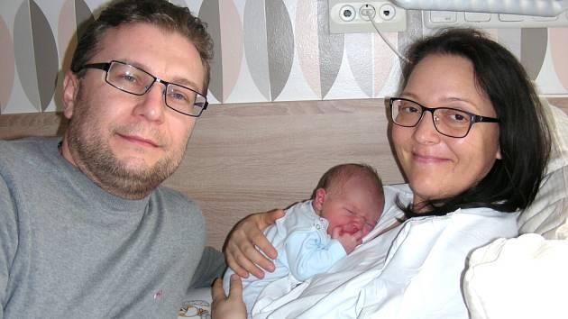 Rodiče Iveta Malá a Ladislav Šrámek z Nenačovic chovají v náručí syna Petra Šrámka, kterého přivítali společně na světě 3. dubna 2016. V ten den chlapeček vážil 3,77 kg a měřil 53 cm. Péťu bude dětským světem provázet bráška Míša (3).