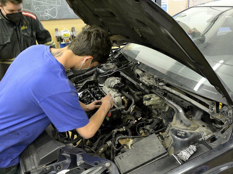 Z odborného výcviku na Středním odborném učilišti Beroun-Hlinky: práce na motoru Fordu Focus.