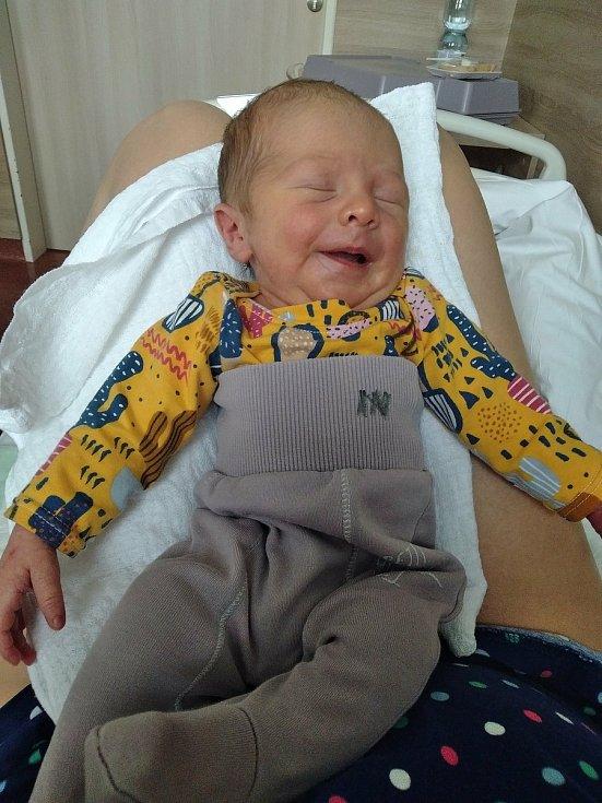 Benjamín Novák se narodil 10. dubna 2021 ve 2.08 hodin v Hořovické porodnici. Po porodu vážil 3040 g a měřil 48 cm. Doma se na něj těšila maminka Aneta a tatínek Karel Novákovi sourozenci Jan a Karlička.