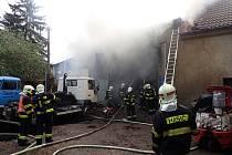 U požáru autodílny ve Vižině zasahovalo několik profesionálních i dobrovolných jednotek hasičů.