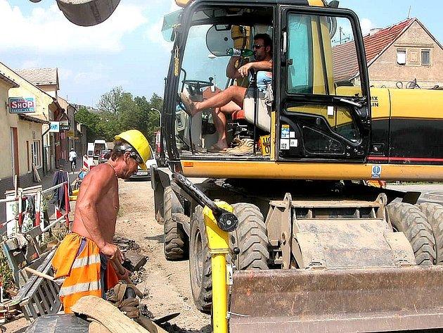 PITÍ. Zaměstnanci firem, které se podílejí na výstavbě kanalizace v Berouně a Králově Dvoře, už několik týdnů fasují kvůli velkému horku balené nápoje.  Při práci na sluníčku vypotí spoustu tekutin.