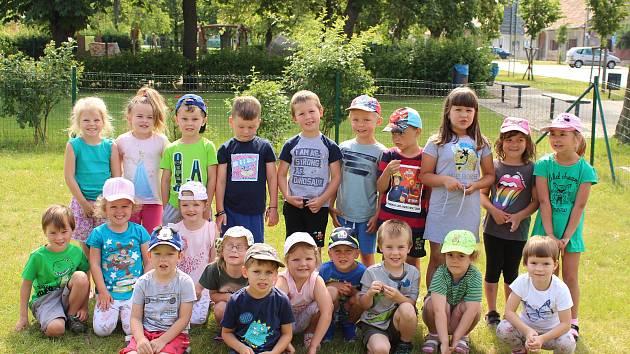 Děti v Mateřské škole v Hostomicích: třída Ohniváčci, která sídlí v hasičárně.