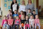 Mateřská škola ve Svinařích: třída Rybky s ředitelkou Marcelou Kohákovou a učitelkami Ladou Hrubou a Hanou Ustohal Ševčíkovou.