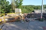 Lidé si  denně stěžují, na nečinnost stavební firmy a poukazují na to, že řidiči musí zbytečně most objíždět. Podle města, ale práce postupují podle harmonogramu.