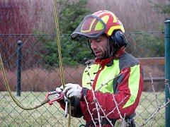 Stromolezec Josef Huml ošetřuje vzácné dřeviny v hořoivcké Panské zahradě.