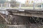 Zchátralý most v Komárově
