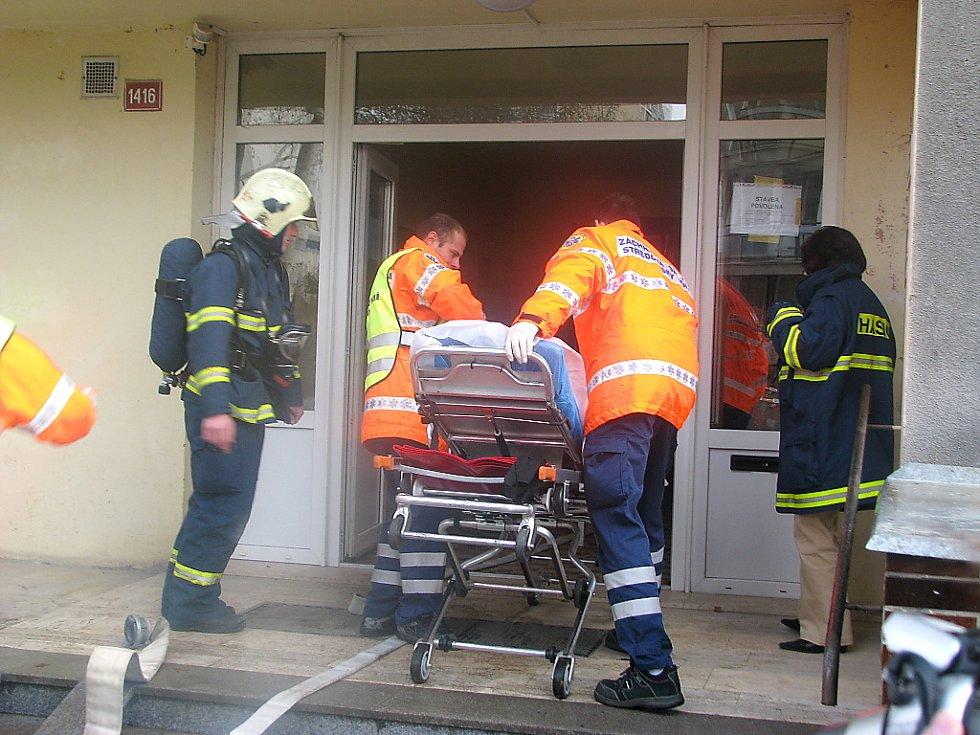 Požár a pád výtahu v paneláku v Berouně zaměstnal hasiče, záchranáře a policii