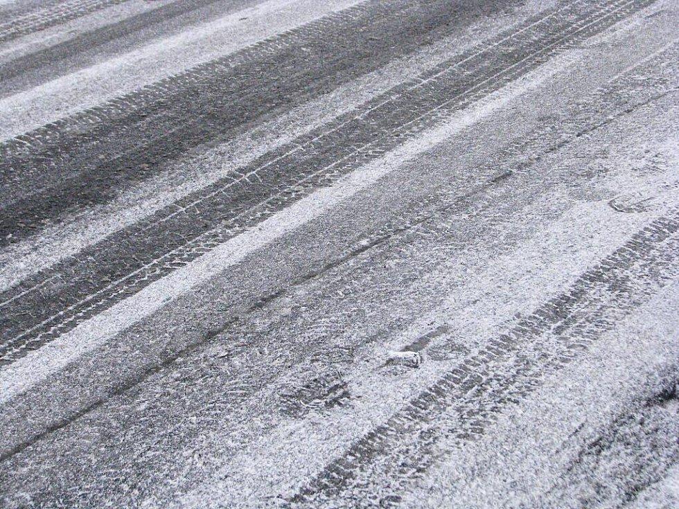 Silnice v Hudlicích pokrylo náledí