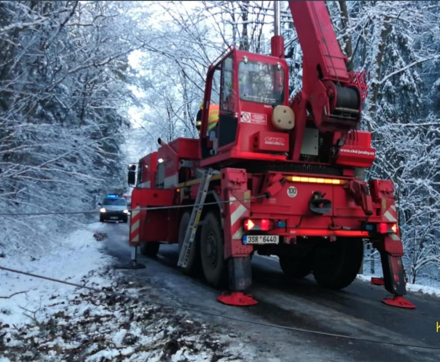Střet dvou vozidel na zledovatělé vozovce u obce Úhonice. Po 15. hodině byla obě vozidla vrácena na silnici a odvezena odtahovou službou.