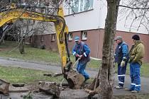 Obyvatelé tří panelových domů byli odkázáni na cisternu.
