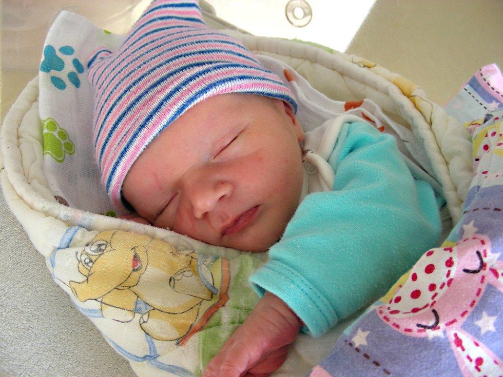 PRVNÍ miminko, syn Jindřich Matějka, se narodil 31. března 2018 v hořovické porodnici Michaele Helbichové a Karlovi Matějkovi z Mýta. Jindřichovy porodní míry byly 49 cm a 3,35 kg.