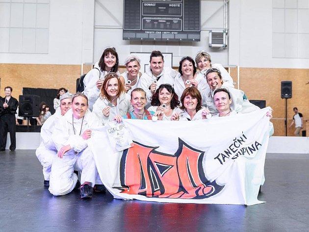 Provozovatelka tanečního studia Jana Večerková se svojí taneční skupinou..