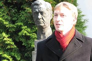 Petr Kadlec u hrobu Václava Talicha v Berouně