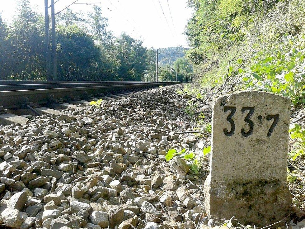 Dne 8. srpna 1943 krátce po třetí hodině ranní otřásly nočním tichem tři mohutné detonace na trati mezi Berounem a Srbskem. Stalo se tak v kilometru 33,7 pod Tetínskými skalami. Foto: Petr Pavlík