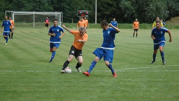 Nováček třetí třídy Praskolesy (v oranžovém) nasázel v úvodním kole Nižboru pět gólů.