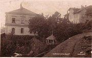 Po příjezdu do Hořovice cestující uvítal hotel Kalaš. Fotografie ukazuje, v jaké blízkosti byl hotel od nádražní budovy.