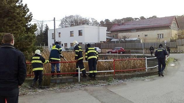 Žena utonula v požární nádrži
