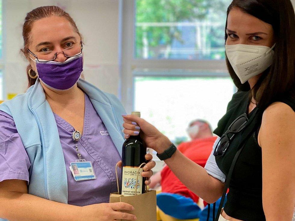 Z transfuzní stanice v Nemocnici Hořovice. Každý dárce si v pondělí 14. června 2021 na Světový den dárců krve odnesl láhev červeného vína.
