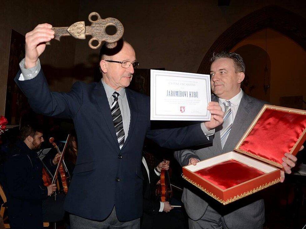 Dlouholetý kastelán hradu Karlštejn Jaromír Kubů se stal prvním, kdo převzal cenu Čestné občanství Karlštejna.