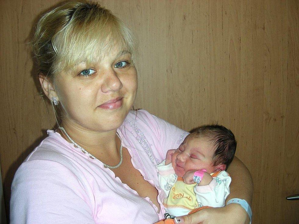 Holčička Aneta Mendlová, prvorozená dcerka manželů Petry a Martina z Červeného Újezdu se narodila v pondělí 29. srpna, v den výročí svatby tety Lucie a strýce Radima. Anetce navážily sestřičky po porodu 3,31 kg a naměřily 49 cm.