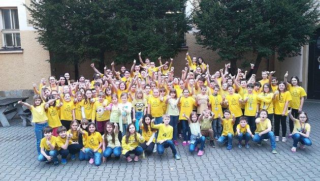 Žáci iučitelé ze Základní školy Počaply vKrálově Dvoře se tento týden oblékají do barev olympijských kruhů.