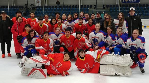 Společné foto berounských a čínských hokejistek.