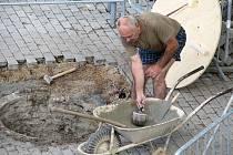 Studnu Na Plácku nahradí kašna, jejíž obdobu najdou lidé v átriu radnice.