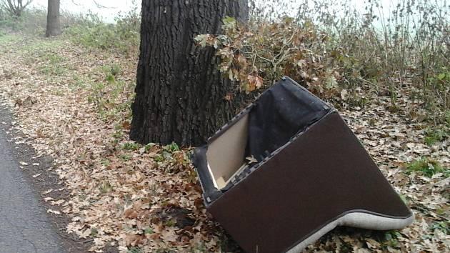 Nepotřebný kus nábytku někdo na skládku už nedovezl.