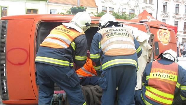 Hasiči společně se záchranáři museli zvládnout čelní střet vozů