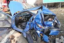 Z osobního auta museli zraněnou řidičku hasiči vystříhat