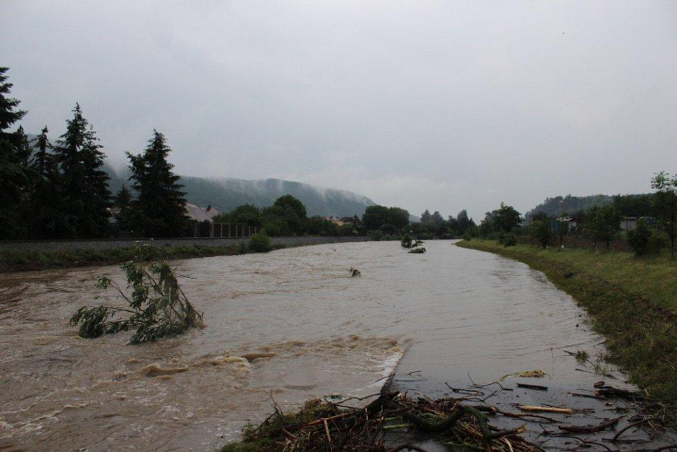 Hladina Litavky pohltila cyklostezku z Popovic do Zdic.