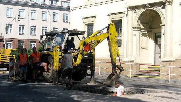 V centru Berouna se propadla vozovka