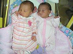 DVOJČÁTKA, dcerky Marii a Martinku Grundzovy, přivedla na svět maminka Anežka Grundzová 7. listopadu 2017. Marie vážila po narození 2,33 kg a Martince sestřičky po porodu navážily 2,34 kg.