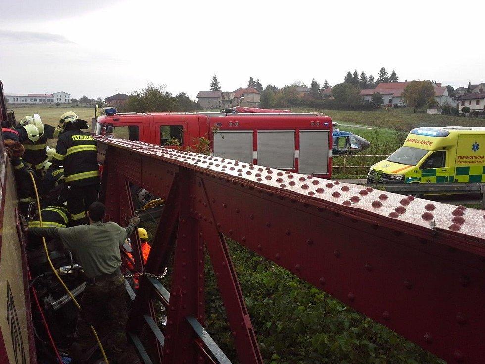 Srážka vlaku s osobním autem u Lochovic.