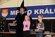 V areálu zámku v Králově Dvoře bylo v neděli veselo s moderátorem Oldou Burdou. Letos dětem přivezl kouzelníka Harryho Pottera.