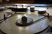 Závod GZ Media, kde lisují gramofonové desky. Zájem o ně stoupá, lidé mají rádi hudbu z černých desek
