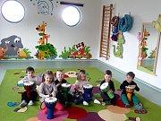 Mateřská škola Marina v králodvorském Levíně: malí muzikanti hrají na bonga.