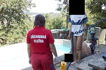 Žena utonula v bazénu