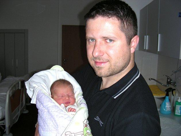 Šťastný tatínek Rudolf Štis z Komárova chová v náručí dcerku Annu, kterou přivedla na svět maminka Anna Přikrylová 10. května 2014. Tatínek si nenechal narození Aničky ujít a byl u toho, když jí sestřičky po porodu navážily pěkných 3,79 kg a naměřily 50 c