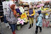 Venku mrzlo, ale v zahradním centru si děti vyráběly jarní dekorace.