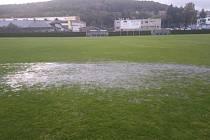 Stadion v Komárově připomínal spíš plavecký bazén než fotbalový stánek.