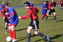 Fotbalisté Českého Lva - Unionu Beroun (v modročerveném) podlehli Černolicím 2:3