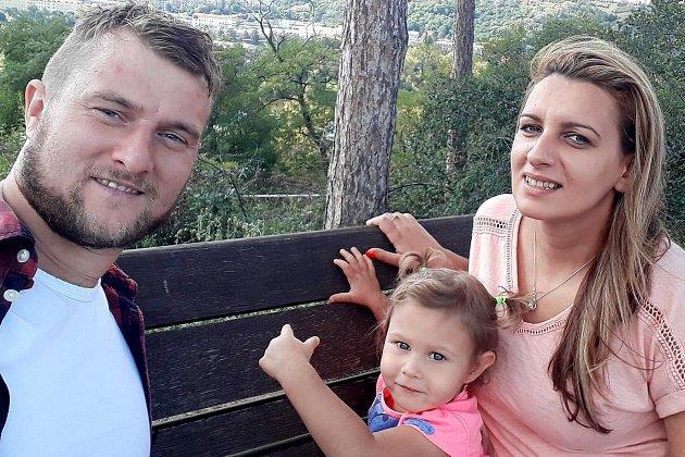 Rpetský Jan Mojdl prošel Příbramí, Hořovickem a nyní hraje vKomárově. Tady je se svými Luckami, přítelkyní idcerou.
