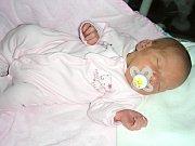 DATUM 3. listopadu 2017 má v rodném listě zapsané Adéla Pospíchalová, dcera Michaely Faiglové a Pavla Pospíchala. Holčičce sestřičky na porodním sále navážily 2,60 kg a naměřily 46 cm. Sestřička Natálka Kobosová (1,5 roku) čekala na Adélku doma v Tetíně.