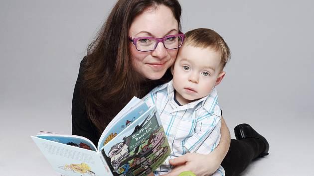 Autorka knihy Zvířecí škola Jana Nováková se svým synem.