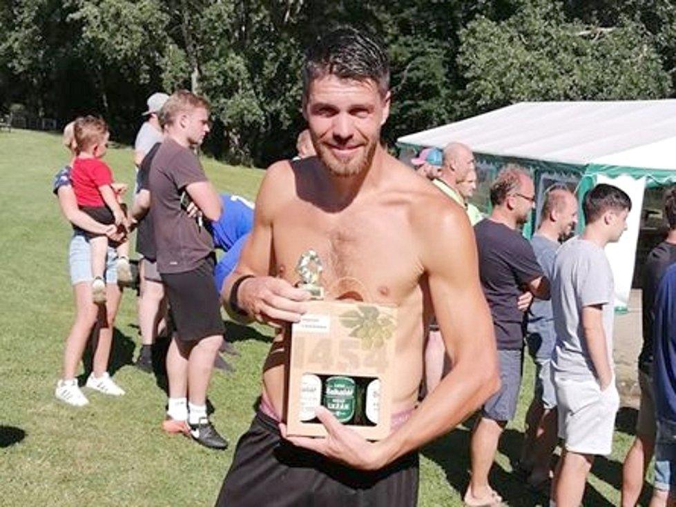 Čechie Nový Jáchymov triumfovala na turnaji ve Slabcích.  Tady je nejlepší střelec Jan Morstein