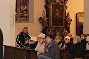 Na Husově náměstí v Berouně a v kostele se včera sešli obyvatelé města, aby společně přívítali advent.